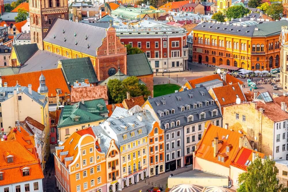 Overzicht van het oude centrum van Riga met zijn gekleurde huizen.