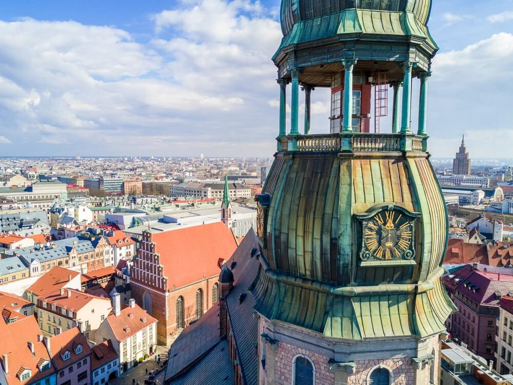 Luchtfoto close-up weergave van St. Peter's Church Clock, Riga, Letland.