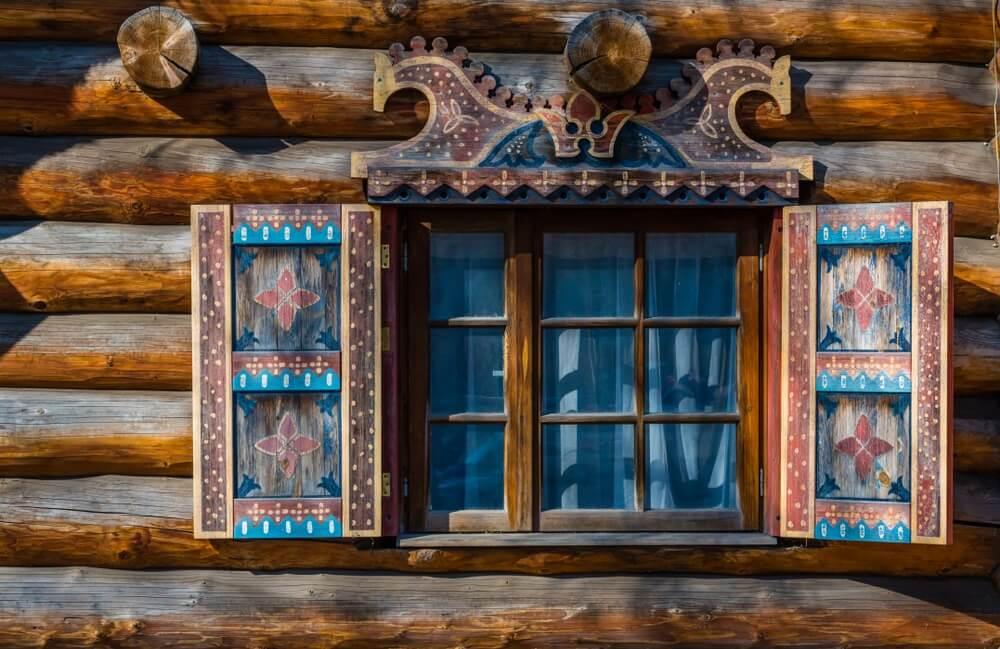Detail van een raam van een oud houten huis in Riga, Letland.