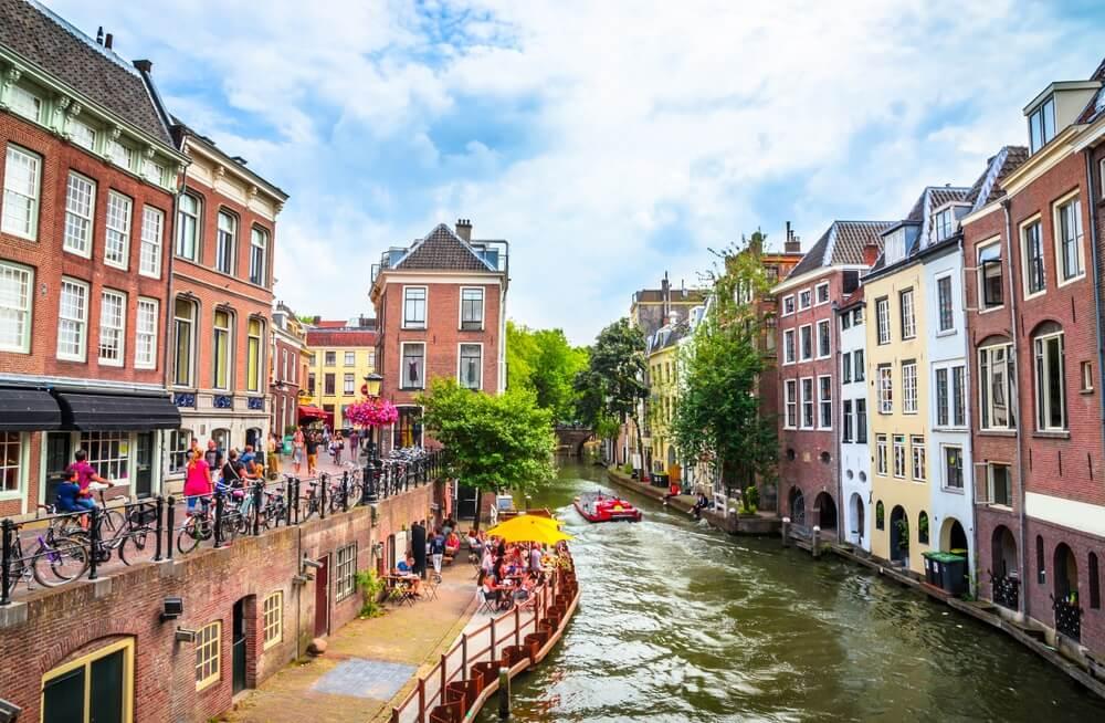 Traditionele huizen aan de Oudegracht (Oude Gracht) in het centrum van Utrecht, Nederland.