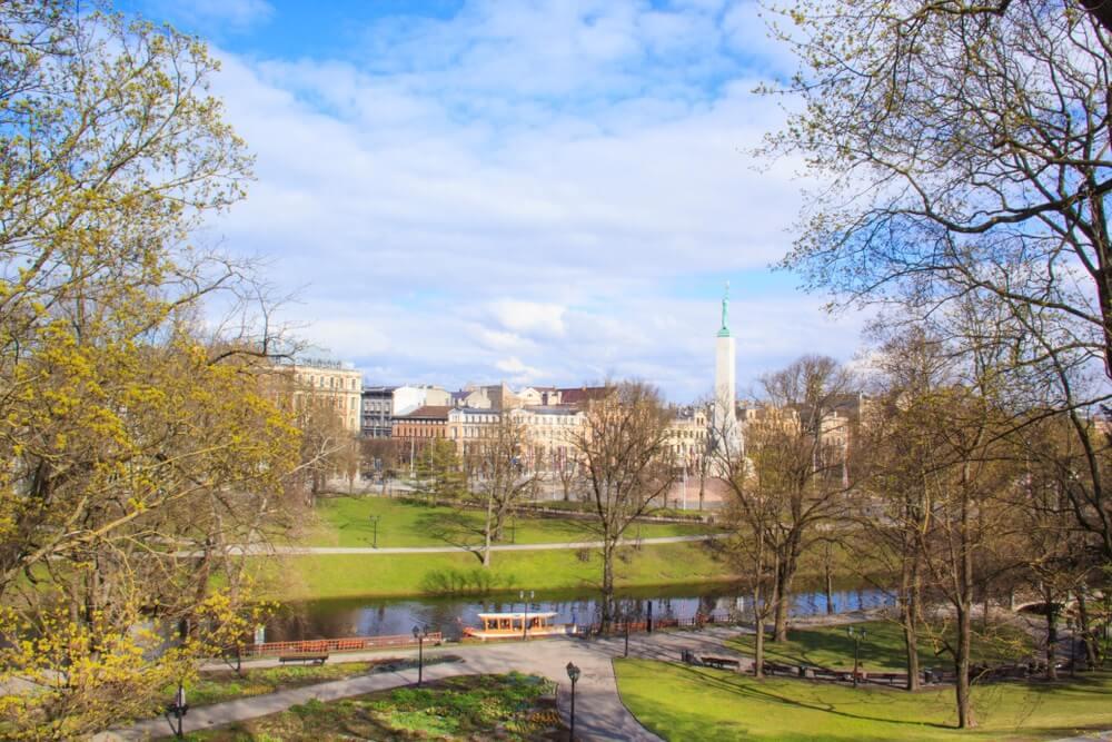Een prachtig uitzicht op het Vrijheidsmonument in Vermanes Garden, Riga, Letland.