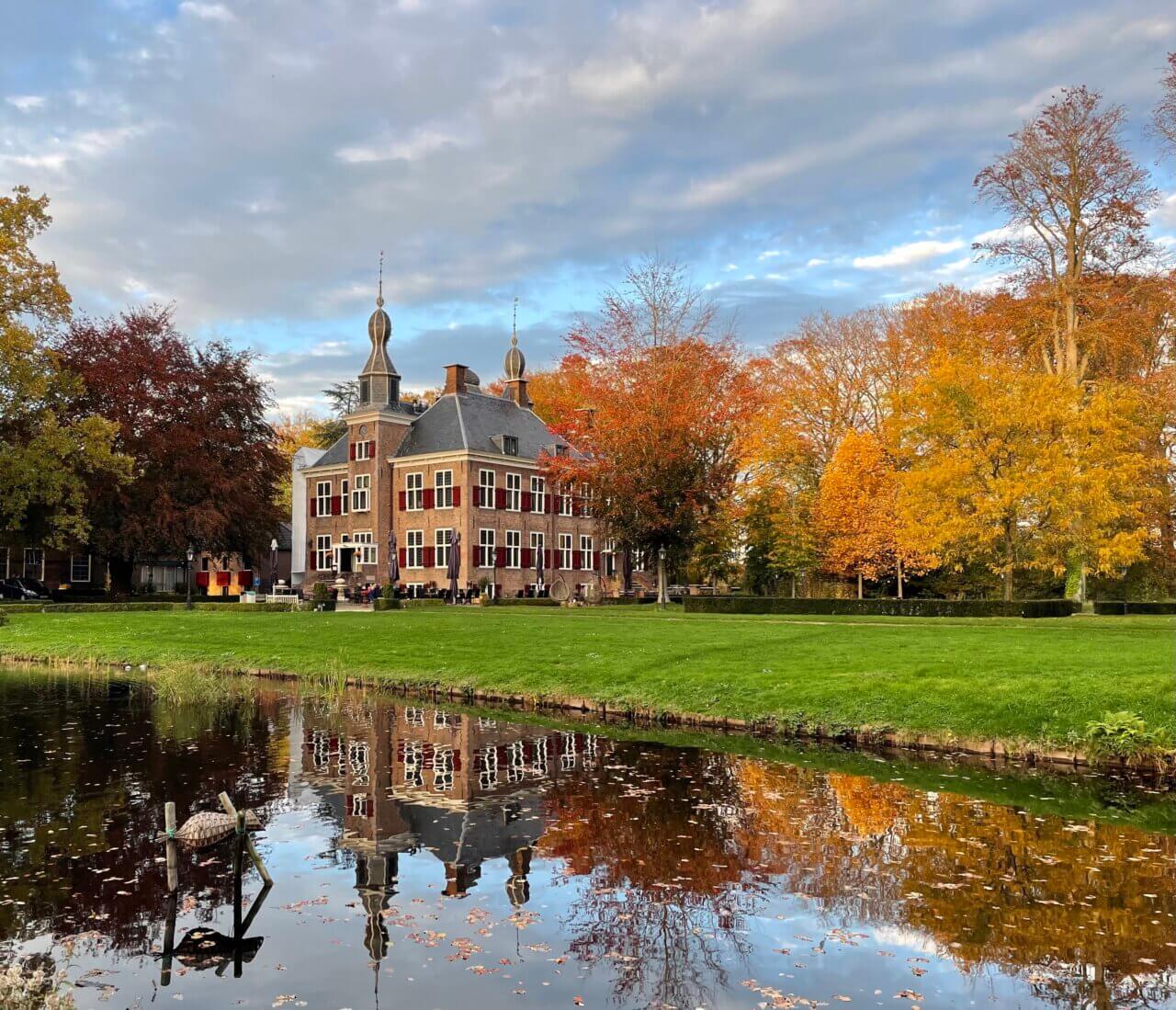 Kasteel de Essenburgh in de herfst, de Veluwe. Nederland.