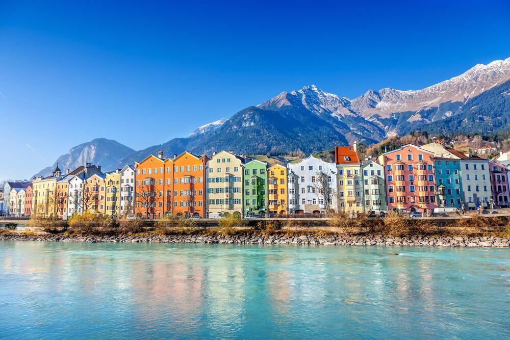 Kleurrijke huizen aan het water in het centrum van Innsbruck, Oostenrijk.