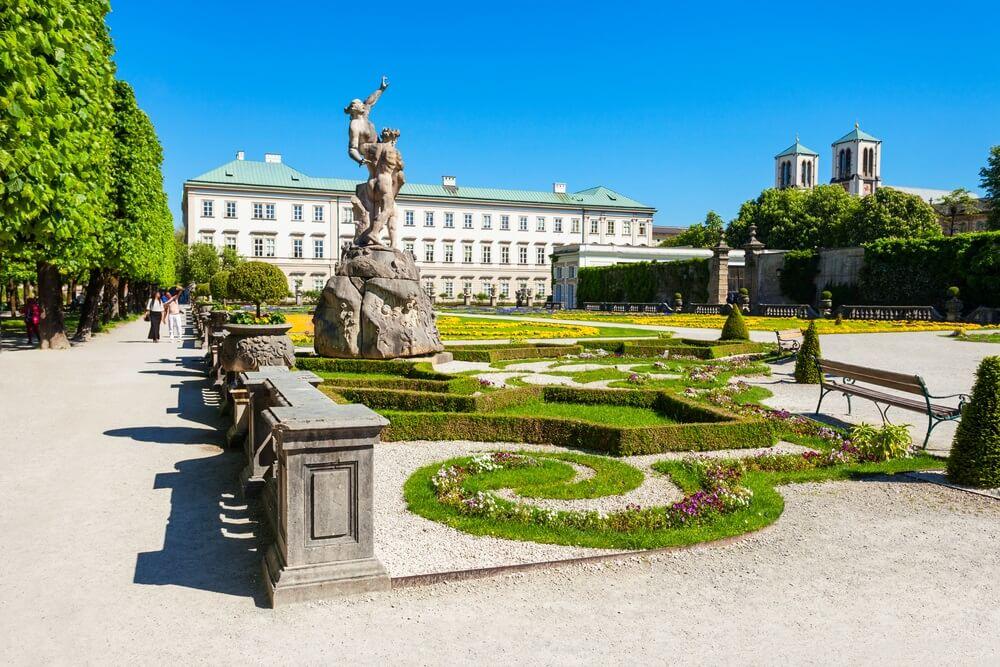 Mirabell Palace of Schloss Mirabell is een historisch gebouw in de stad Salzburg, Oostenrijk. Mirabell Palace met zijn tuinen staat op de werelderfgoedlijst van UNESCO. Het is een van de belangrijkste Salzburg bezienswaardigheden.