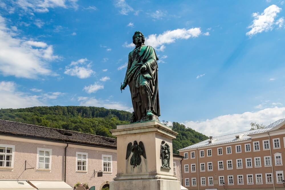 Het standbeeld van Wolfgang Amadeus Mozart in Salzburg, Oostenrijk in een mooie zomerdag,