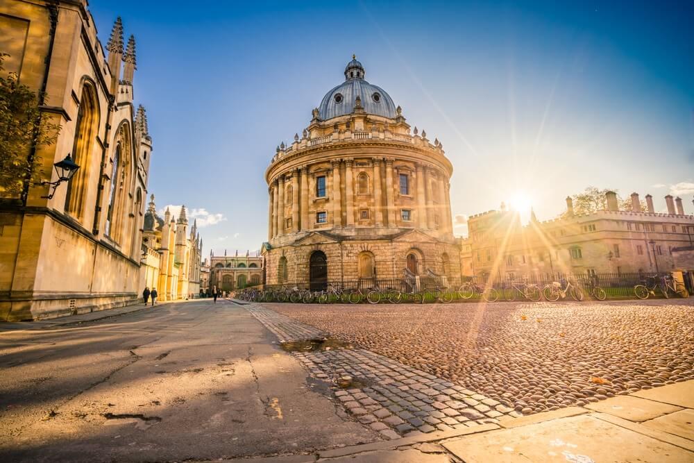 Radcliffe plein met Science Library en zonsondergang in Oxford, Engeland.