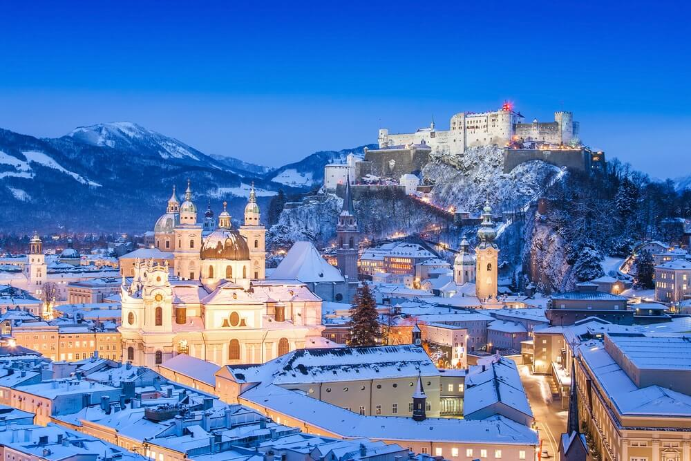 Mooi uitzicht op de historische stad Salzburg met Festung Hohensalzburg in de winter, Salzburger Land, Oostenrijk.