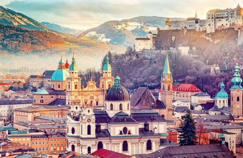 Salzburg, Oostenrijk, Europa.  Panoramisch uitzicht op de skyline van Salzburg met Festung Hohensalzburg en in de herfst.