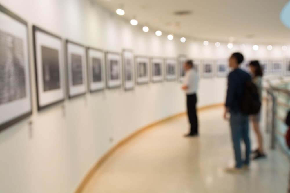 Mensen bekijken een collectie in het Fotomuseum in Rotterdam.