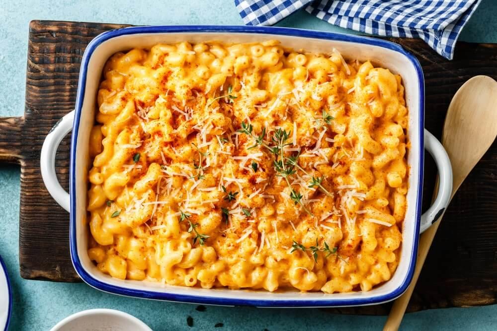 Macaroni met kaas. traditionele amerikaanse schotel macaroni pasta en een kaassaus. Comfortfood.