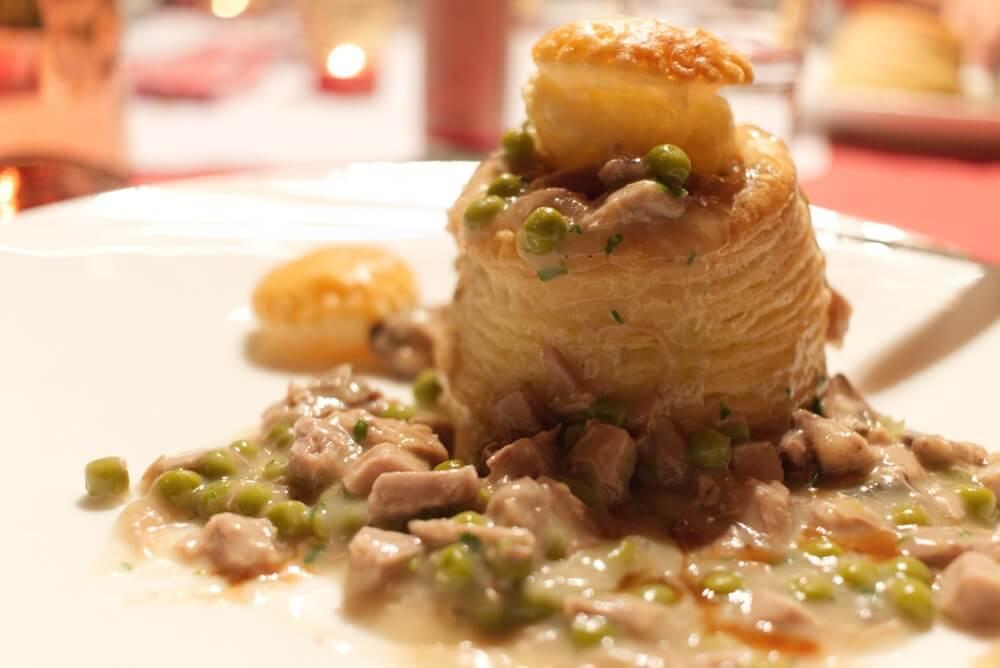 Rundvleesragout met champignons en erwtjes; typische winterse gerechten.