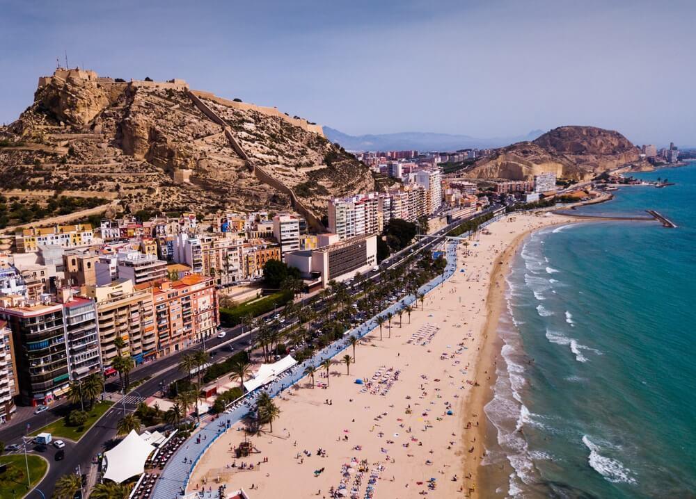 Luchtfoto van de stad Alicante met de berg Benacantil en het kasteel van Santa Barbara, Spanje.