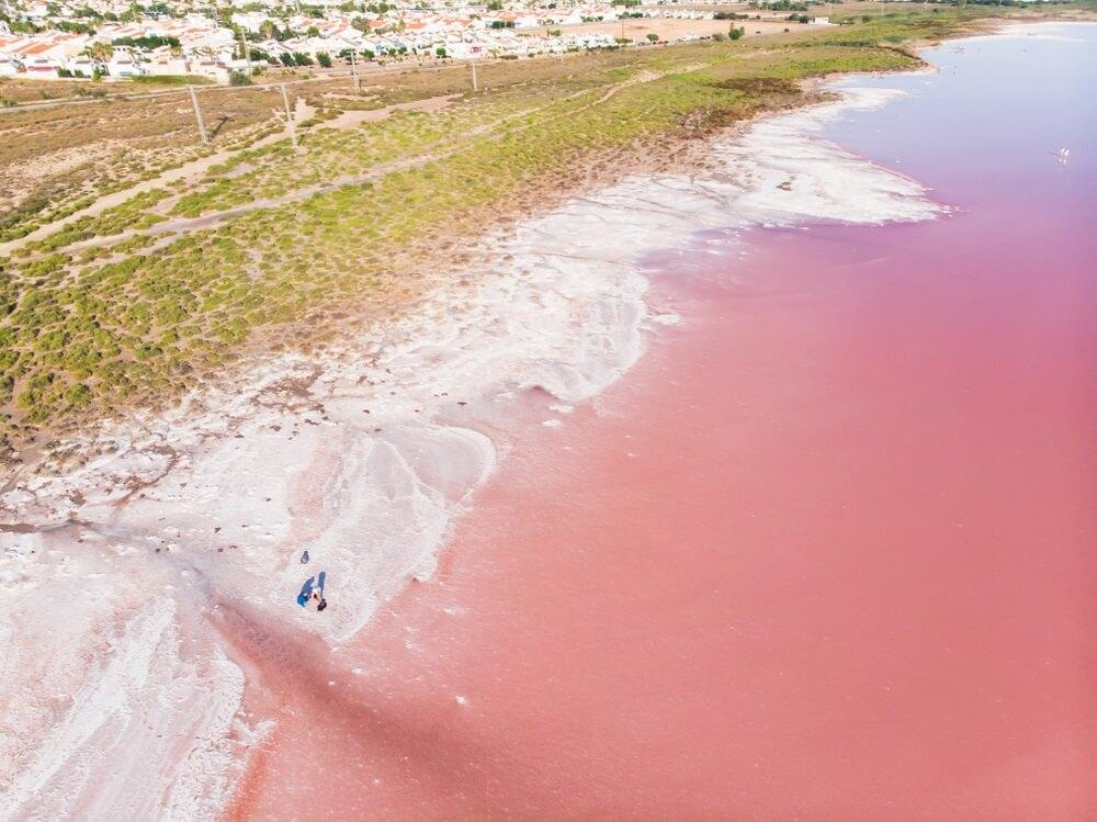 Uitzicht op las Salinas de Torrevieja, het roze meer van Torrevieja, Costa Blanca, provincie Alicante, Spanje.